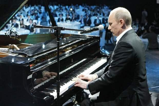 Владимир Путин играет на рояле на благотворительном концерте в Санкт-Петербурге, 10 декабря 2010.