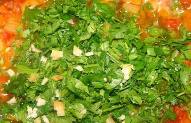 Зелень в кастрюле с овощной закуской