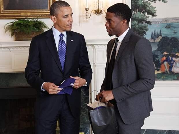 Ваканда навсегда: Барак Обама, Роберт Дауни младший и другие звезды вспоминают исполнителя роли Черной Пантеры Чедвика Боузмана