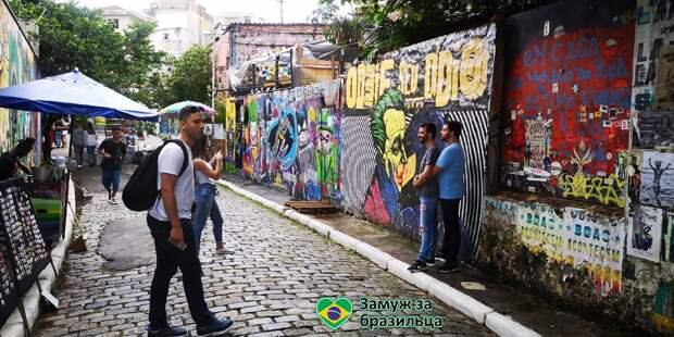 Бэтмен, целующий Джокера, нетрадиционные пары и другие странности Бразилии