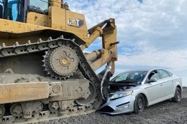 СМИ: бульдозер «Норникеля» раздавил автомобиль прокуратуры в Норильске