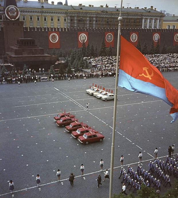 Красная площадь четверть века и полвека назад