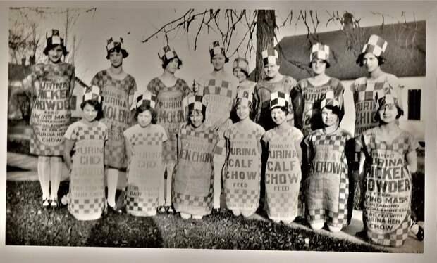 Смотрим, как в свое время от бедности дамы стали шить платья из мешков для муки. И классно ведь получалось