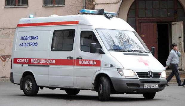 Камеры в Москве засняли, как отлетевшее от грузовика колесо сбило пешехода