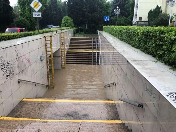 Мощный ливень подтопил жилые дома и дороги в Ялте