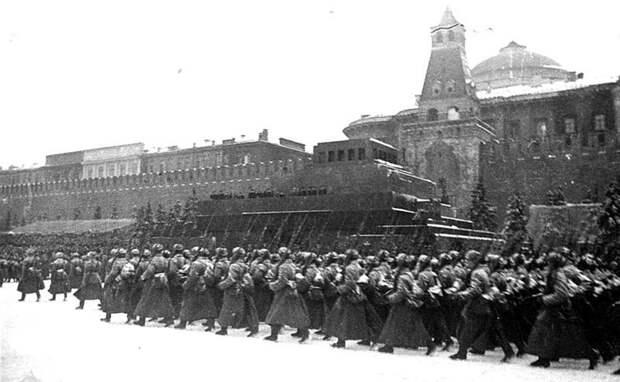 Прохождение пехотных частей по Красной площади во время парада 7-го ноября 1941-го года. Велика Отечественная война, История Родины, СССР