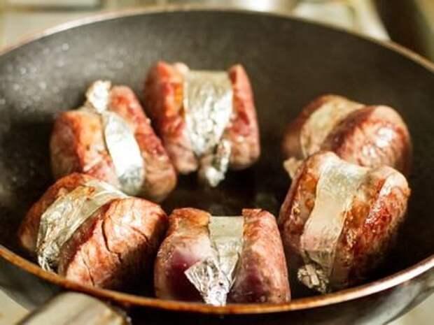 Стейк из свиной вырезки со смородиновым соусом
