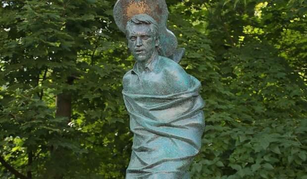 Изменивших памятник Высоцкому родственников назвали упырями и психопатами