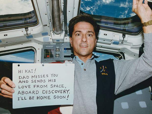 Привет Кай! Папочка скучает по тебе и шлет свою любовь из космоса с борта Дисковери. Я скоро буду дома!