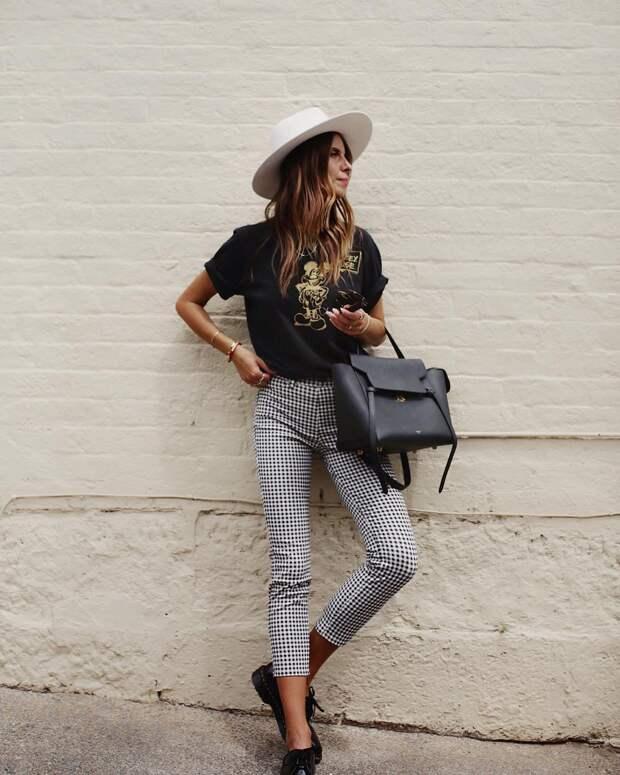 Как правильно носить брюки с футболкой: 10 современных образов