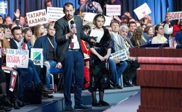 На фото: специальный корреспондент агентства УНИАН в Москве Роман Цимбалюк (в центре) во время большой ежегодной пресс-конференции президента РФ Владимира Путина