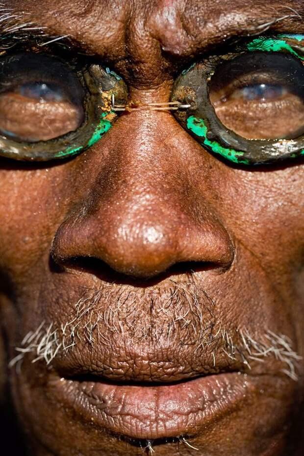 Загорелый мужчина в очках