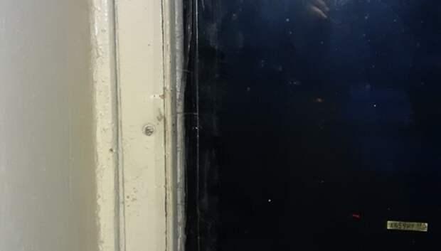 УК вставила стекло с трещиной в подъезде дома в микрорайоне Подольска