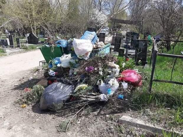 Крупнейшее кладбище Симферополя превращается в свалку