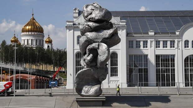Кто с перформансом к нам придет...  о скульптурной куче в центре Москвы