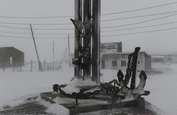 Памятник покорителям Арктики на центральной площади поселка.
