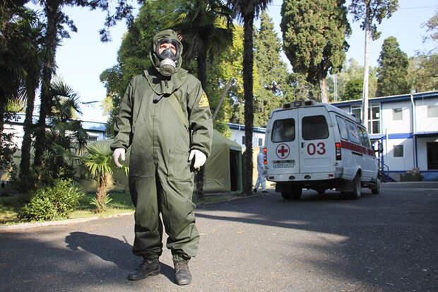 На фото: военнослужащий у мобильного многопрофильного госпиталя в Сухуме