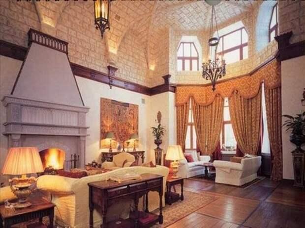 Дизайн гостиной в доме в готическом стиле