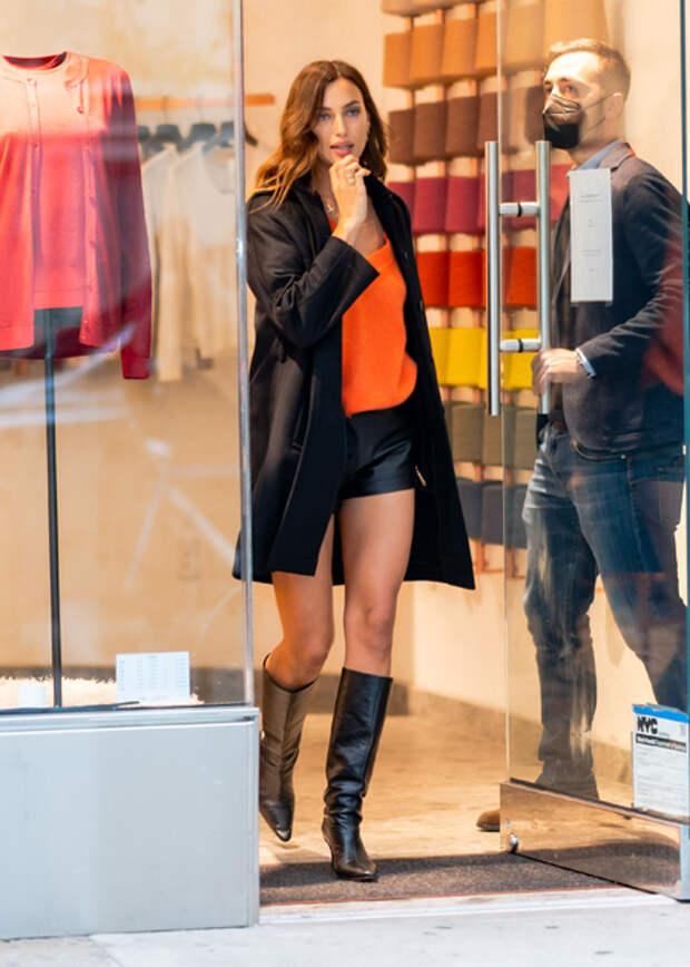 Оранжевый – хит сезона: Ирина Шейк на модной презентации в Нью-Йорке