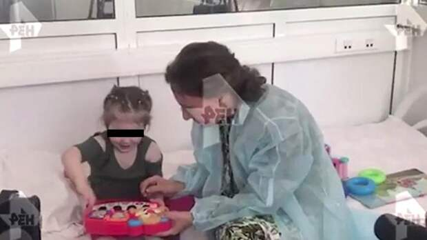Бросившую 2-летнюю дочь в больнице Москвы женщину отпустили из зала суда
