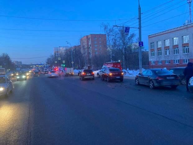 В Ижевске 50-летний водитель устроил массовое ДТП и скрылся с места