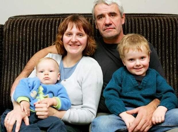 """Мартиньш Вилсонс с женой Занэ и детьми (фото: """"Штуки-дрюки"""")"""