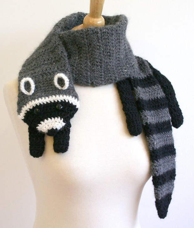 Вязаный шарф-енот. Фото