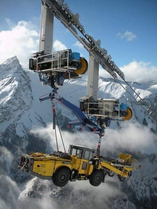 В высокогорных районах Альп поднимают технику для крупной гидроэлектростанции Линт-Лиммерн. Чтобы доставлять технику на стройку, используется подвесная канатная дорога. Машины поднимают на высоту 1055 м. автомир, большие, грузоперевозки, интересно, негабаритный груз, эмично