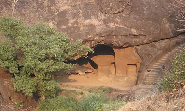 В погоне за тигром британец наткнулся на странную пещеру. Внутри было такое, что он просто не поверил своим глазам!