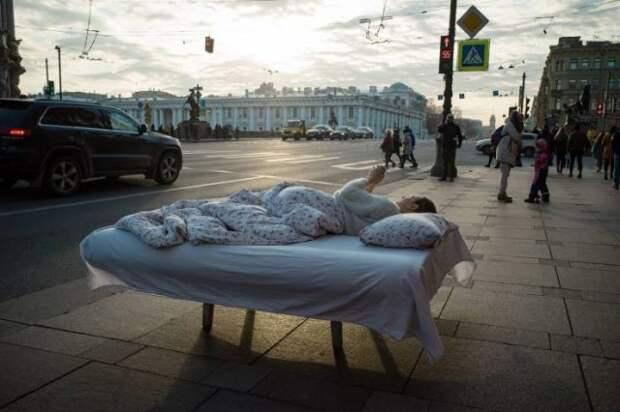 Спит на кровати на улице