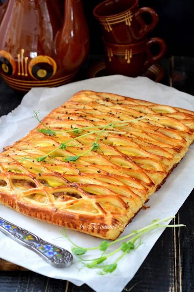 Пирог из слоеного теста с сытной начинкой