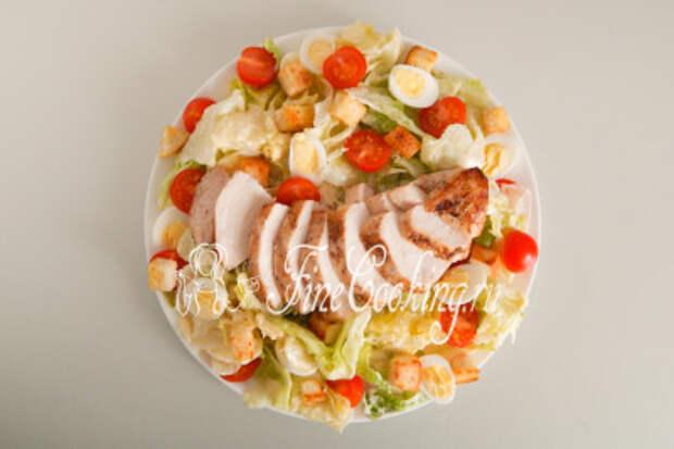 И, наконец, жареная куриная грудка, ломтики которой я кладу прямо по центру блюда
