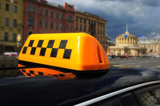 Пассажирка с помощью мобильного украла у таксиста деньги