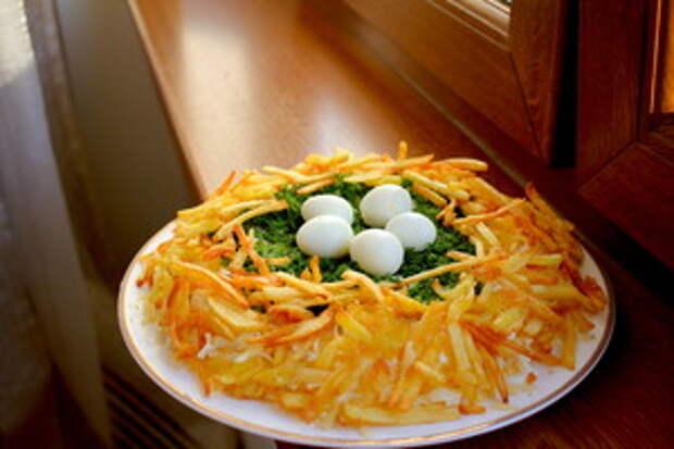 Фото к рецепту: Салат  Гнездо глухаря