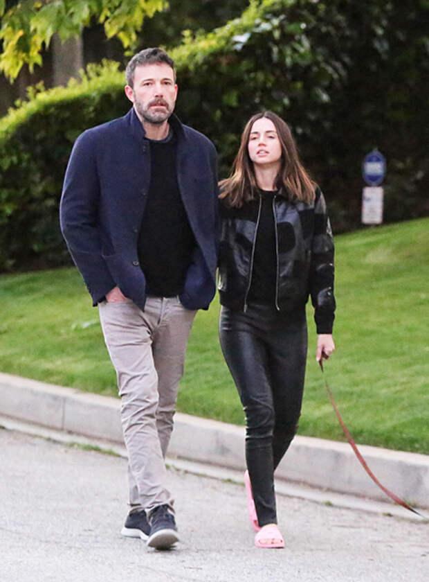 Кожаные брюки и розовые тапочки: Ана де Армас на прогулке с Беном Аффлеком