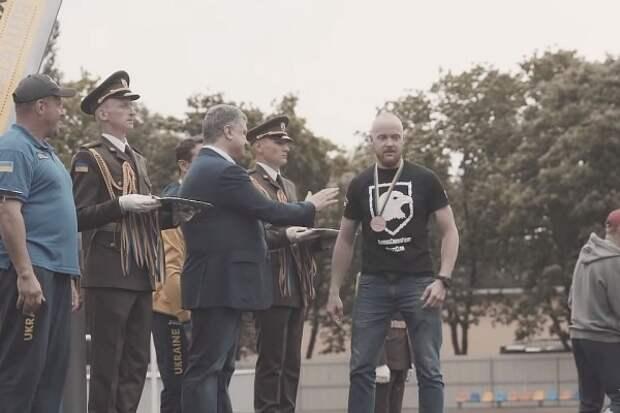 «Скучно»: Украинский боец отказался пожать руку Порошенко (ПОДРОБНОСТИ)
