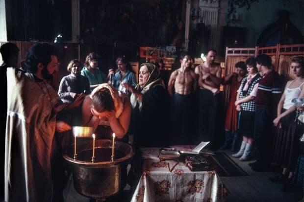 Крещение в православной церкви. СССР, Москва, 1989 год. Автор фотографии: Chris Niedenthal.