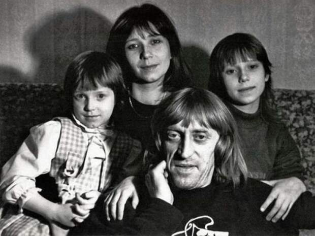 черно-белое фото виктора авилова с женой и дочерьми
