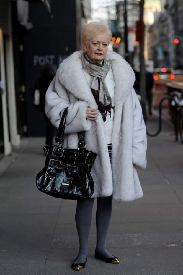 Пожилая женщина в оригинальном наряде. /Фото: 4tololo.ru