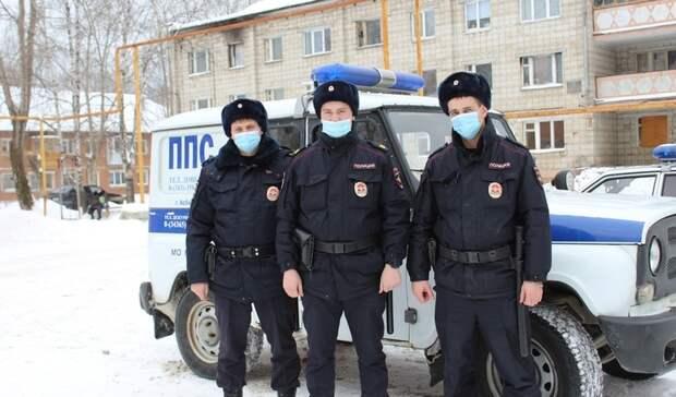 Свердловские полицейские вынесли наруках излеса заблудившегося дедушку