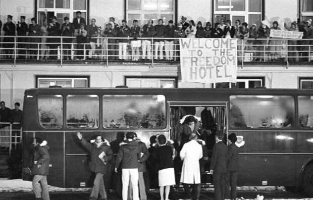 Освобожденных американцев приветствуют у госпиталя в Висбадене.