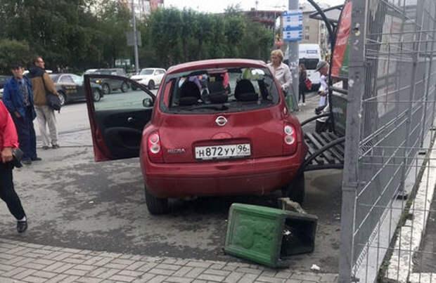 Перепутала педали: в Екатеринбурге женщина на Ниссане въехала в остановку с людьми