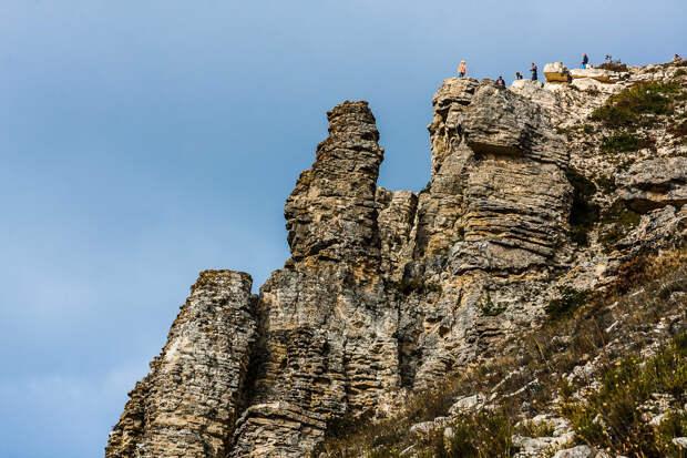 На фото: туристы на вершине горы Коклюк близ Коктебеля.