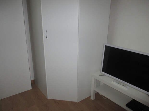 Есть встроенный шкаф