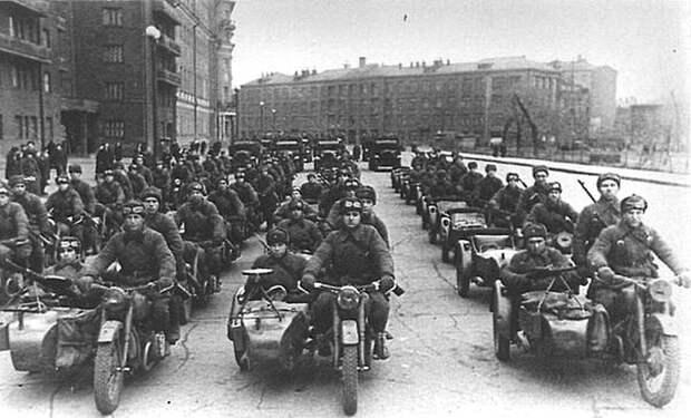 Колонна мотоциклистов перед парадом. Москва, Садовое Кольцо, ноябрь 1941 года. Велика Отечественная война, История Родины, СССР