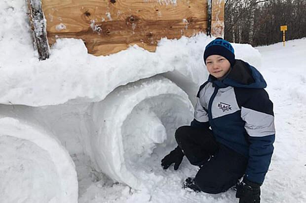 Башкирский школьник лепит из снега грузовики в натуральную величину
