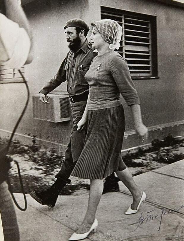 Кубинский лидер Фидель Кастро и первая женщина-космонавт Валентина Терешкова (позывной — «Чайка»). Куба. 1963 г.