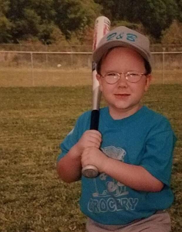 мальчик с бейсбольной битой