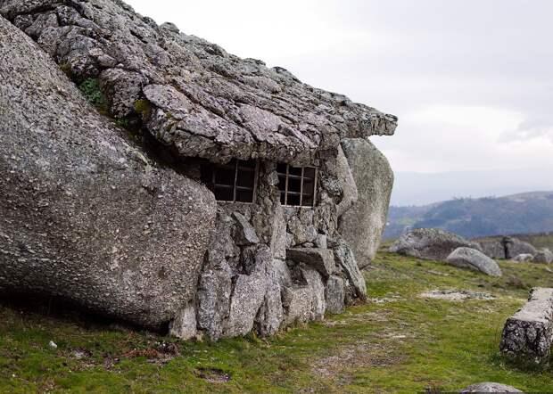 """Небольшой каменный """"сарай"""", построенный так же между валунов, но поменьше"""