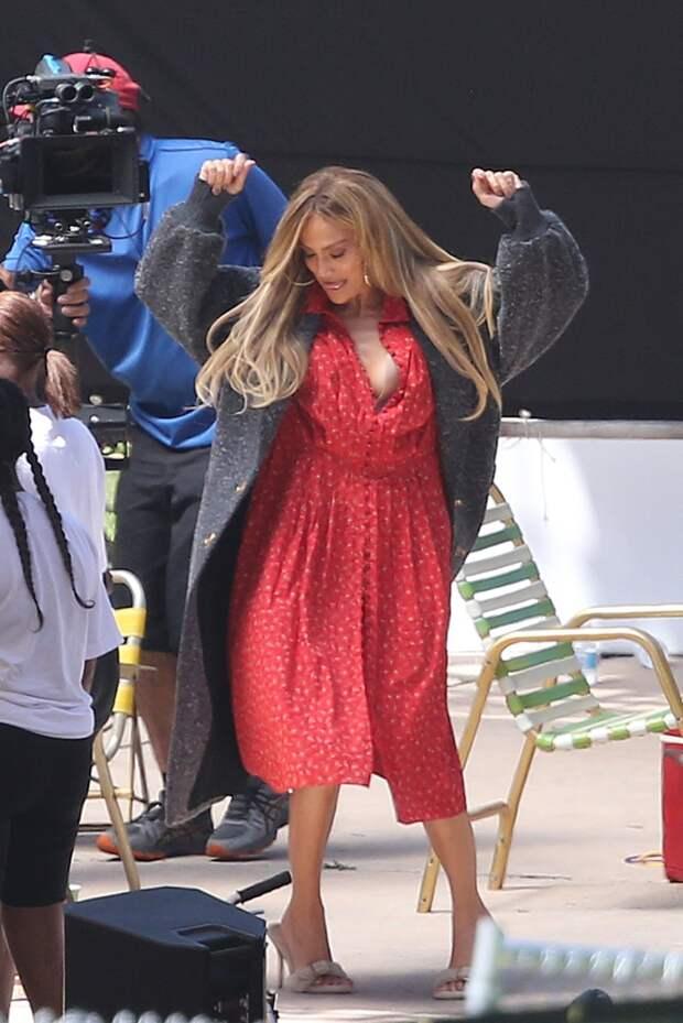 Прекрасная и счастливая: Дженнифер Лопес в платье с очень дерзким разрезом
